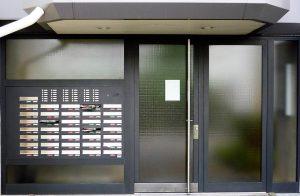 Eingangsportal mit Brief und Klingelanlage