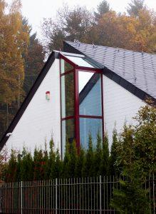 Hausfassade weinrot