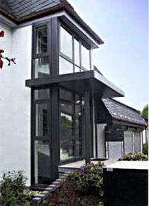 Hausfassade und Überdachung